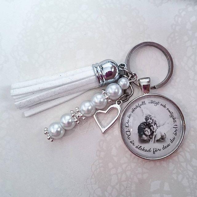 WEBSTA @ esmiliasmycken - Nyckelknippa 59krFrakt 7kr#nyckelring #nyckelknippa #smycken #väsksmycke #dekorera #bloppis #loppis #shopping #tillsalu #mamma #mormor #farmor #kärlek #familj #vänskap #vänner