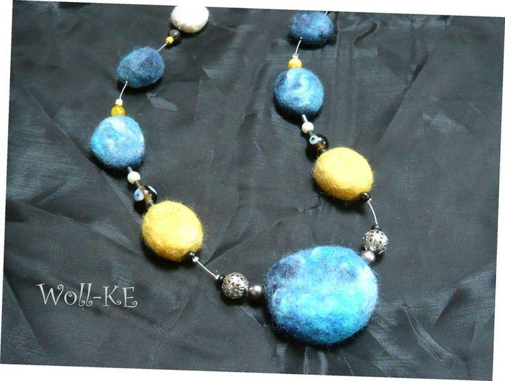 +  Eine wunderschöne Filzkette mit unterschiedlich geformten Filznuggets in verschiedenen Blautönen, Gelbtönen und weiß, gepaart mit silberfarben...