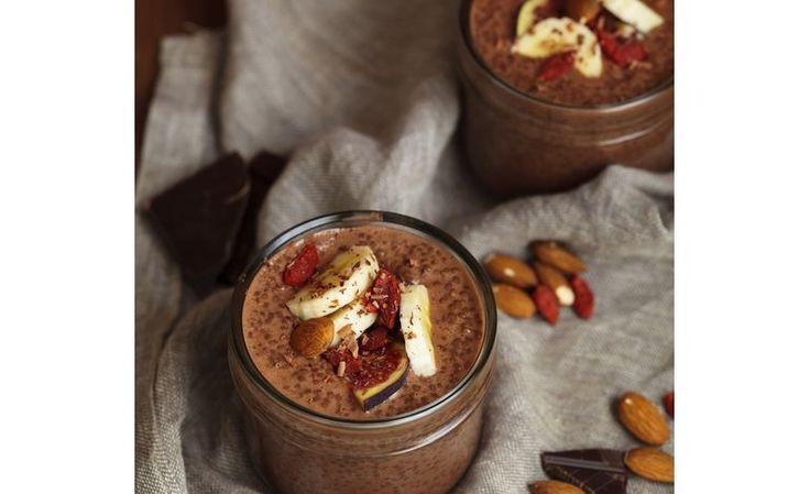 Il frullato al cioccolato vegano con banana, goji e fichi è una bevanda energetica perfetta come spuntino e come snack post-allenamento