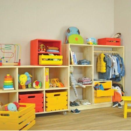Closet Infantil Montessori Natural! O Closet Infantil Montessori  foi feito sob medida para o tamanho das crianças! É compacto e serve em qualquer cantinho do quarto. Possui uma arara para pendurar as roupinhas e também prateleiras para organizar as peças dobradas. Na parte inferior você pode colocar os sapatinhos.
