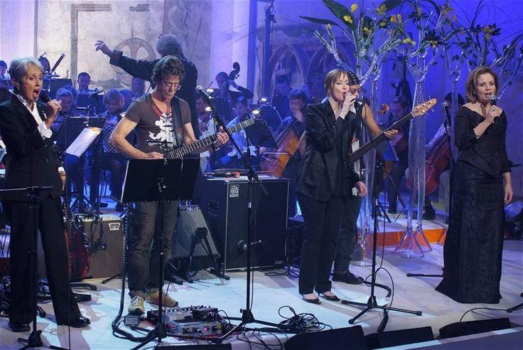 Koncert Už je to tady - zleva americká písničkářka Joan Baez, rocker Lou Reed, muzikantka Suzanne Vega a operní pěvkyně Renée Flemingová - P...