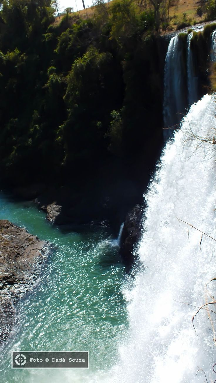 Cachoeira do Rio Claro, conhecida como Cachoeira da Fumaça. Em Nova Ponte, estado de Minas Gerais, Brasil. A Cachoeira da Fumaça e as várias quedas da região se localizam no Rio Claro, afluente da margem esquerda do Rio Araguari.  Fotografia: Dadá Souza.