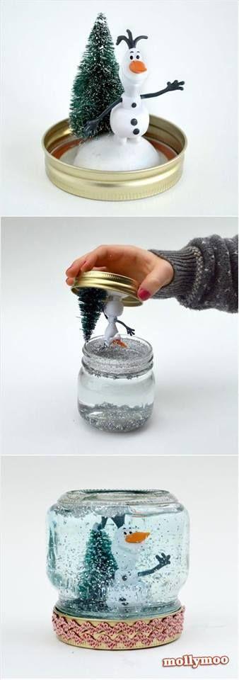 DIY Globo de nieve para Navidad. Usa un pequeño frasco de vidrio. Pega un par de figuras en la tapa y llena el vaso con agua y escarcha. Sella herméticamente y listo! Un lindo detalle para decorar o regalar.