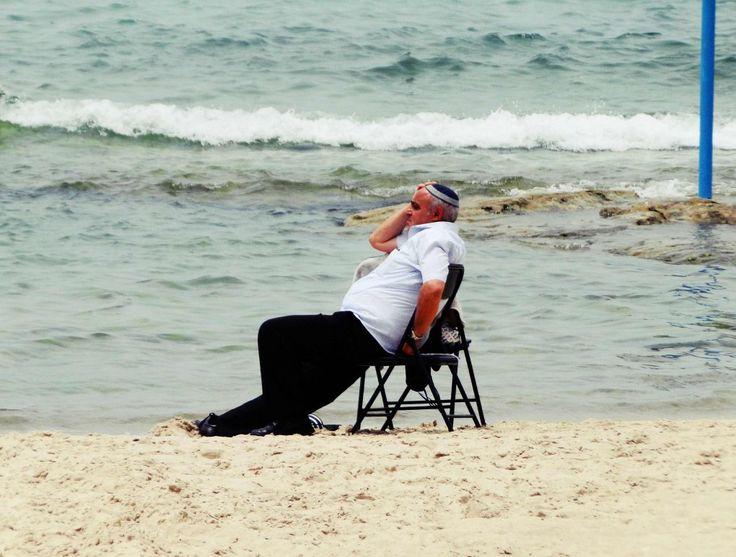 Israel Tel aviv Mann am Strand