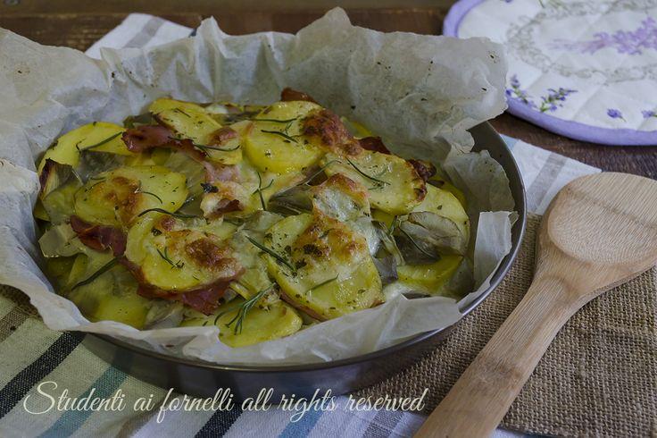 Patate con carciofi e prosciutto al forno