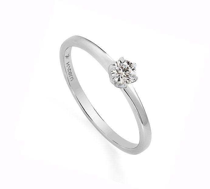 O brilho singular do diamante ganha destaque em anel de formas delicadas, dignas da mais nobre tradição joalheira