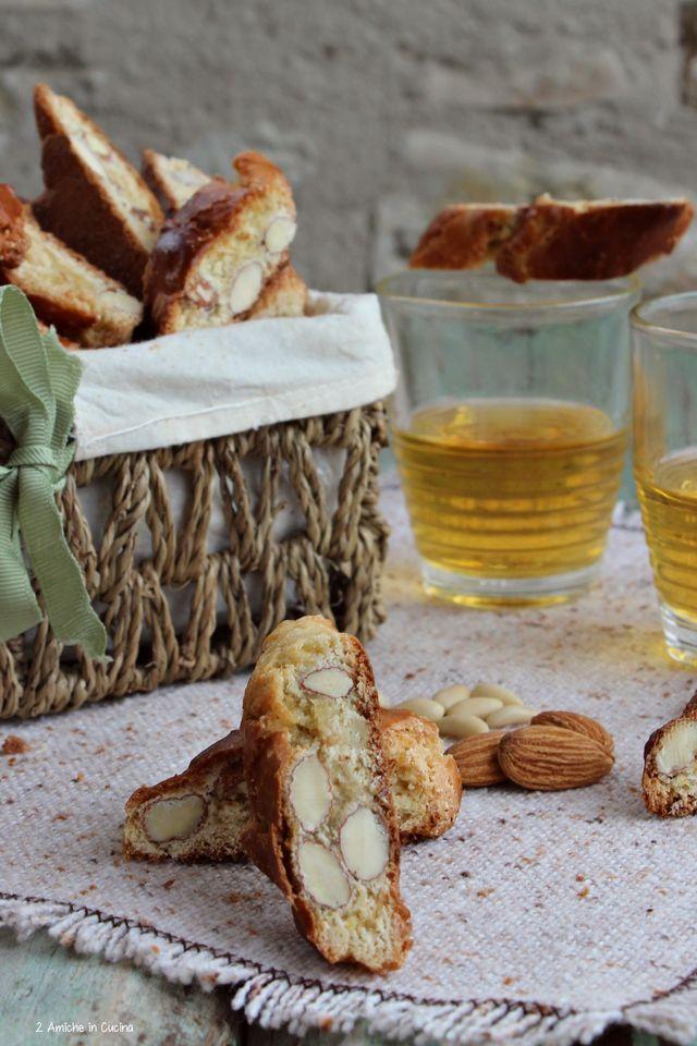 I biscotti di Prato sono dei biscottini deliziosi con mandorle e pinoli, che non smetterete più di mangiare. Anche questo mese partecipo a Scambio ricette di Bloggalline, sono stata abbinata a Stefani