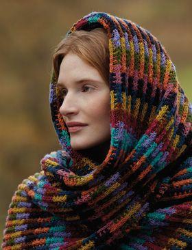 """Gratis strikkeopskrifter til kvinder! Garnets nuancer blandes smukt i striberne kombineret med det nemme mønster. Tørklædet/sjalet har fået navn efter """"soumak""""-væve-teknikken, der bl.a. anvendes til ægte, orientalske tæpper. Find flere gratis strikkeopskrifter her på siden."""