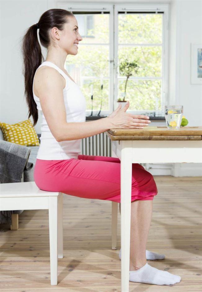 <strong>Övning 1: Tryck mot bord</strong><br>Träna 40 sek x 2.<br>Sitt långt fram på stolen med händerna mot ett bord. Tryck mjukt ned händerna i bordet. Håll kvar spänningen (nivå 2) i 4-5 sekunder. Slappna av kontrollerat och upprepa direkt. Arbeta under 40 sekunder.<br>