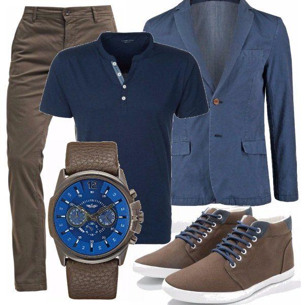 Abbinamento fuori dagli schemi per questo outfit casual nei colori blu e marrone. Pantaloni chino di cotone, maglia con collo alla coreana e accessori assolutamente abbinati.
