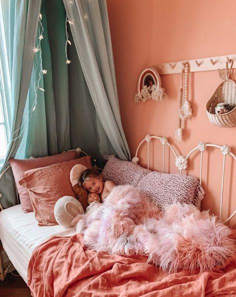 Rosie Belle und ihre Babypuppe auf dem Bett, in dem ich geschlafen habe, als ich fast in ihrem Alter war, bis zu meiner Abreise zum College! Macht mich so glücklich, es in ihr zu sehen …
