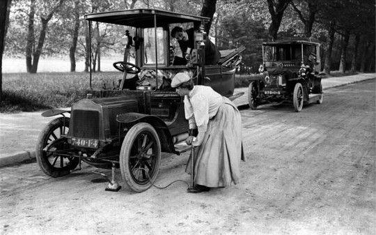 """""""Donne d'Italia"""" Donna autista di taxi mentre gonfia un pneumatico, 1900-1920 #TuscanyAgriturismoGiratola"""