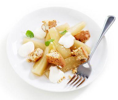 Kanelkokta päron med vaniljfärskost är en god och len efterrätt som förberedes på en knapp halvtimme. Servera päronen varma eller kalla med vaniljfärskost och biscotti.