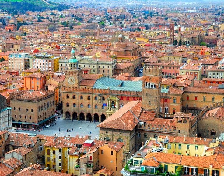 Το βρεθεί κανείς στην πρωτεύουσα της περιοχής Εμίλια-Ρομάνια είναι μια μαγική εμπειρία. Όλα είναι στα κόκκινα. Το χρώματα στα κτίρια της, η σάλτσα της μπολονέζ, το Ρόδο του Ουμπέρτο Έκο όπου και δίδαξε στο πανεπιστήμιο της.