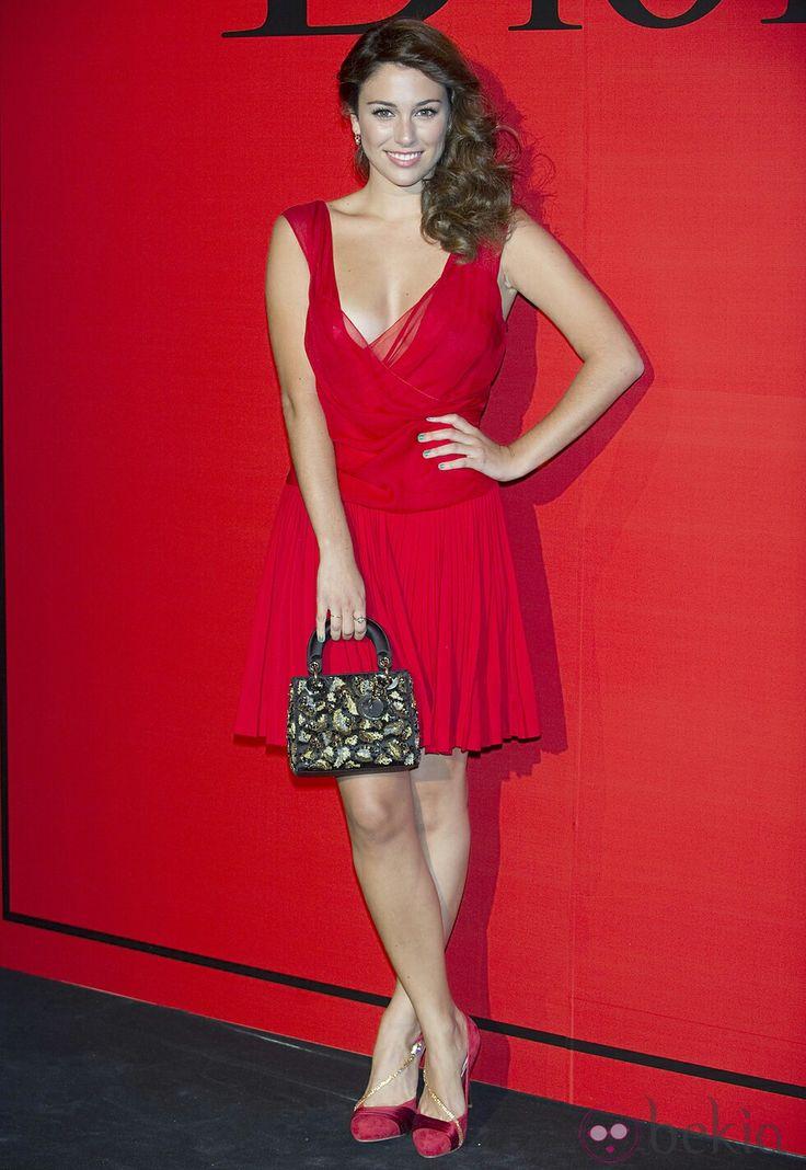 Blanca Suárez con vestido vaporoso de tiras en 2011 de Dior y preciosos zapatos a juego con tiras en oro
