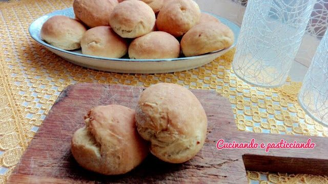 Pane con ricotta   Che bei ricordi che ho quando la nonna per merenda ci preparava il pane con la ricotta...Qulche voltase non sempreera costretta a nascondere la ricottaperché ne rubavamo sempre un po...ahahahaha la ricetta è semplicissima ma buonissima davvero...INGREDIENTI:250 gr di ricotta di pecorascorza di 1 aranciasale500 gr di farina1/2 cubetto di lievito di birra250 gr circa di acqua1 cucchiaio di strutto(possibilmente fatto in casa)Quila mia ricetta e videosale1 cucchiaino di…