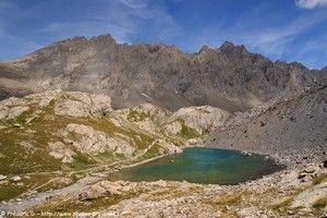 Le refuge de Chambeyron et le lac des Neuf Couleurs dans la haute vallée de l'Ubaye, au départ de Fouillouse.