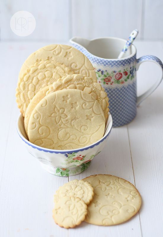 "GrandMa's Sugar Cookies decorated with lace. ~ You can use Google Translate to translate this into English. Copy the webpage address, go to Google, paste the address in the search and press enter. You'll see a search result with a ""Translate"" option."