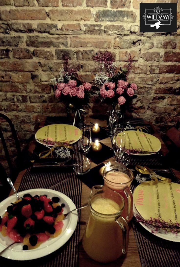 Panna Młoda i druhny bawiły się w loftowej restauracji, którą udekorowałyśmy różowymi kwiatami w złotych słoikach, dodałyśmy odrobinę biało czarnych pasków i złotych, okrągłych świec - nawiązanie do szampana. Na stole część barku z mimosami. / Wedding, say yes to the dress, wedding dress, bridal shower, lunch, bride, briedsmaids, modern, loft, gold, black, white, b&w, mimosa bar, pink, flower, centerpieces, mason jar, paint, candles, menu, lunch, girls, ideas, party, decorations.