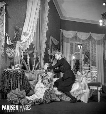 Les Bonnes  de Jean Genet. Monique Mélinand et Yvette Etiévant. Paris, théâtre de l'Athénée, avril 1947.