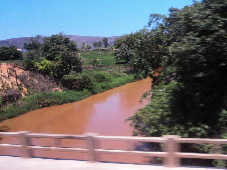 Águas barrentas do Rio Suaçui Pequeno em Governador Valadares, Minas Gerais, Brasil.  Fotografia: HVL.