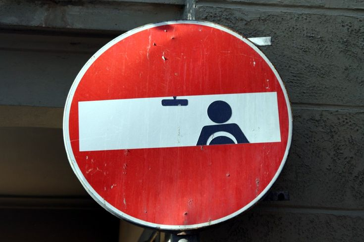 I have no idea what this traffic sign means.  Not from the U.S.