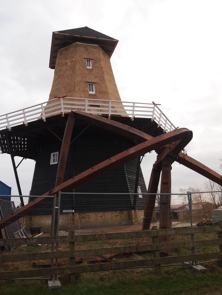 Boerum - Na de brand de wederopbouw van de molen in Burum.