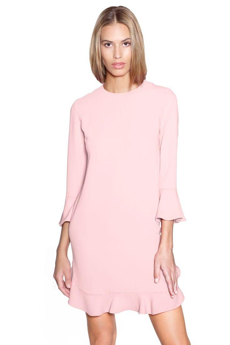Vestido corto en color rosa palo con mini volantes en mangas y bajos. Un discreto vestido para un bautizo, boda o cualquier otro evento. #vestidos #vestidoscortos #invitadas #apparentia #felipealbernaz