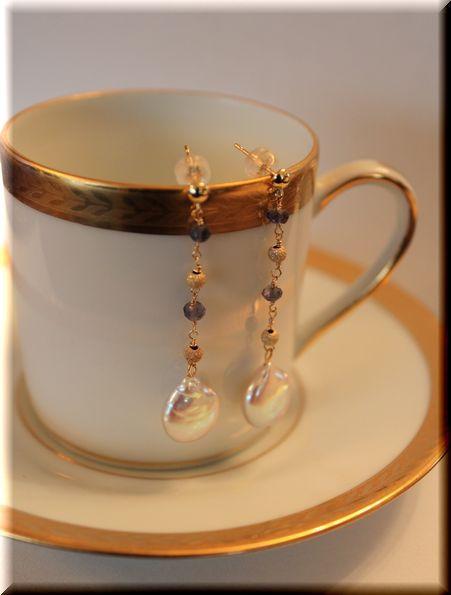 コイン型の個性的な淡水真珠に風合いを感じます。K18GFボールと青い天然石のラインが揺れるととても綺麗です。【素材】■淡水真珠コイン11mm■天然石■K18ワ... ハンドメイド、手作り、手仕事品の通販・販売・購入ならCreema。
