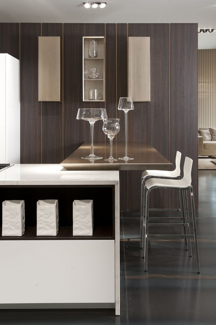 Detail of the ceramics Carrera effect combined with glossy lacquered finished cabinet doors.