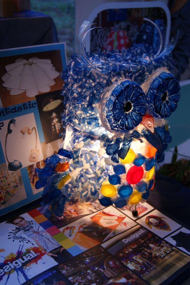 Schoolopdracht Zelf een lamp maken van gerecycled materiaal Gemaakt van plastic tassen, flessendoppen en plastic flessen!