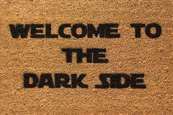 Paillasson thème Star Wars «Bienvenue à the Dark Side» à la main à la bombe sur fibre de coco naturel soutenu avec anti-dérapant en PVC.  Taille : 60 cm x 40 cm  À la main pulvérisée au Royaume-Uni avec testés et mis au point peinture. Convient pour intérieur et extérieur mais qui fera durer plus longtemps à l'intérieur!  Expédition rapide. En stock.