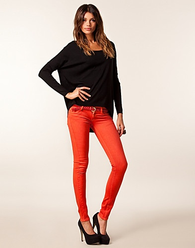 Like the red jeans and the simple combination.