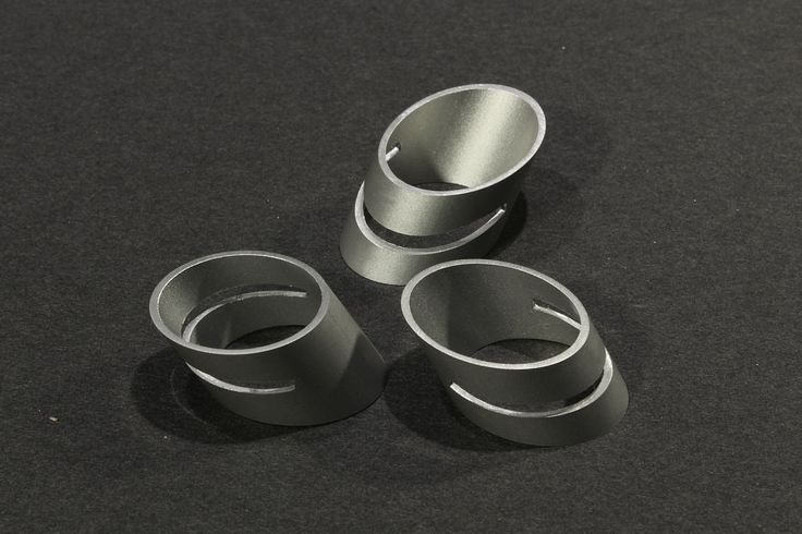 Minimalistycký prsten MPR01 Moderní originální prstýnek z hliníkového profilu. Minimálistický a čistý design podpořený matným povrchem eloxovaného hliníku je skvělý doplňek pro někoho, kdo hledá něco výjimečného. Ručně řezáno, broušeno. Velikost: vnitřní průměr- 19mm, obvod- 60mm