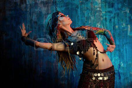 danse oriental: Art portrait d'une belle danseuse traditionnelle. Danse ethnique. La danse du ventre. Danse tribale.