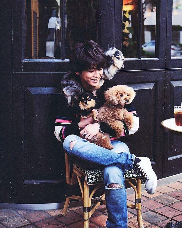 愛犬と共に幸せそうな亀ちゃん💓犬好きなわたしとしてはこれまた大好きな写真の1枚💓🐢🐶 #kattun #亀梨和也 #愛犬