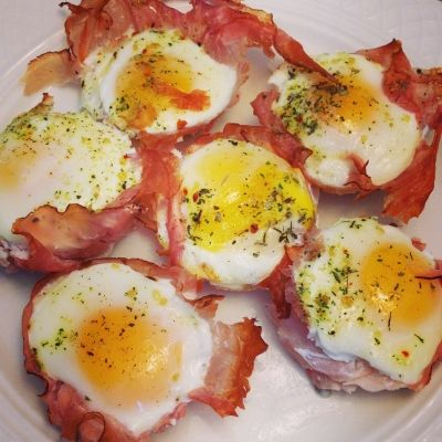 Ripped Recipes - Egg & Ham Breakfast Cups - A twist of your standard ham and eggs. Easy to make for breakfast for you or a group!