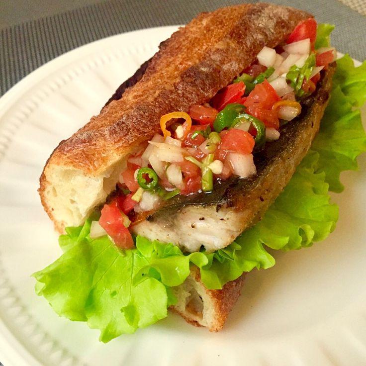 ちこ's dish photo 鯖サンド 青唐辛子とトマトのカチュンバルたっぷりで | http://snapdish.co #SnapDish #レシピ #サンドイッチ #ハードブレッド #インド料理 #トルコ料理