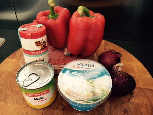 Toevoegen aan mijn receptenDeze Mexicaanse gevulde paprika's zijn niet alleen een feest voor het oog, maar ook voor de maag! Daarnaast zijn ze ook nog eens eenvoudig om klaar te maken. Ideaal dus! Ben je benieuwd naar meer Mexicaanse gerechten? Kijk dan eens bij onze Mexicaanse recepten. [ingedients]