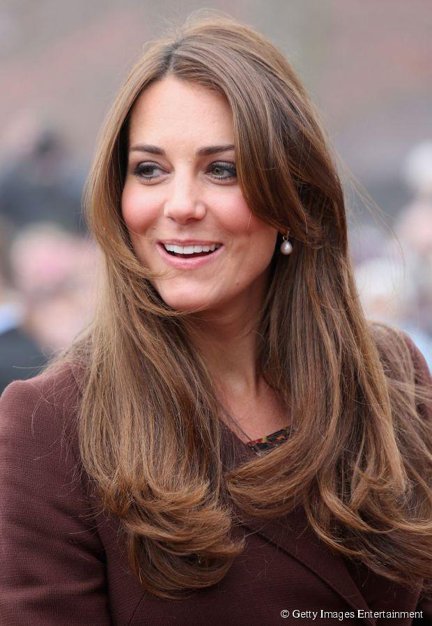 A duquesa Katherine Middleton usa os fios longos com camadas mais curtas na parte da frente e um franjão na altura do queixo