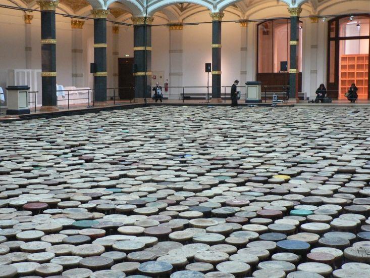 """Hocker, 2014, von Ai Weiwei anlässlich seiner Ausstellung """"Evidence"""" im Martin-Gropius-Bau, Berlin, April 2014"""