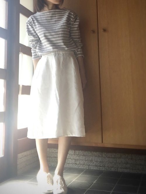 朝陽で白ボケしてます… グレーとピンクのボーダーカットソーと 白のスカート合わせました。 靴も、ピン