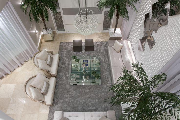 Salas, Livings, cores claras, branco, sofá sued, tapete fios de seda, mesa de centro vidro, porta entrada