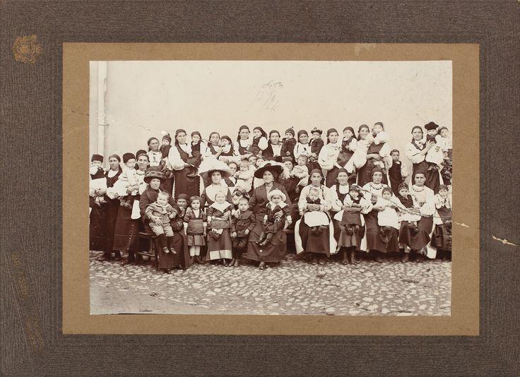Prima fotografie a lui Emil Cioran. Baroneasa Elvira Cioran, mama lui Emil Cioran, participând cu fiul său la un concurs tradițional de frumusețe pentru copiii din Rășinari, 1912 - Licitația patrimoniului filosofului Emil Cioran