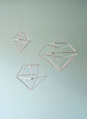 Hanging diamonds made out of straws. Pretty neat looking! I love all the diamond everything lately.