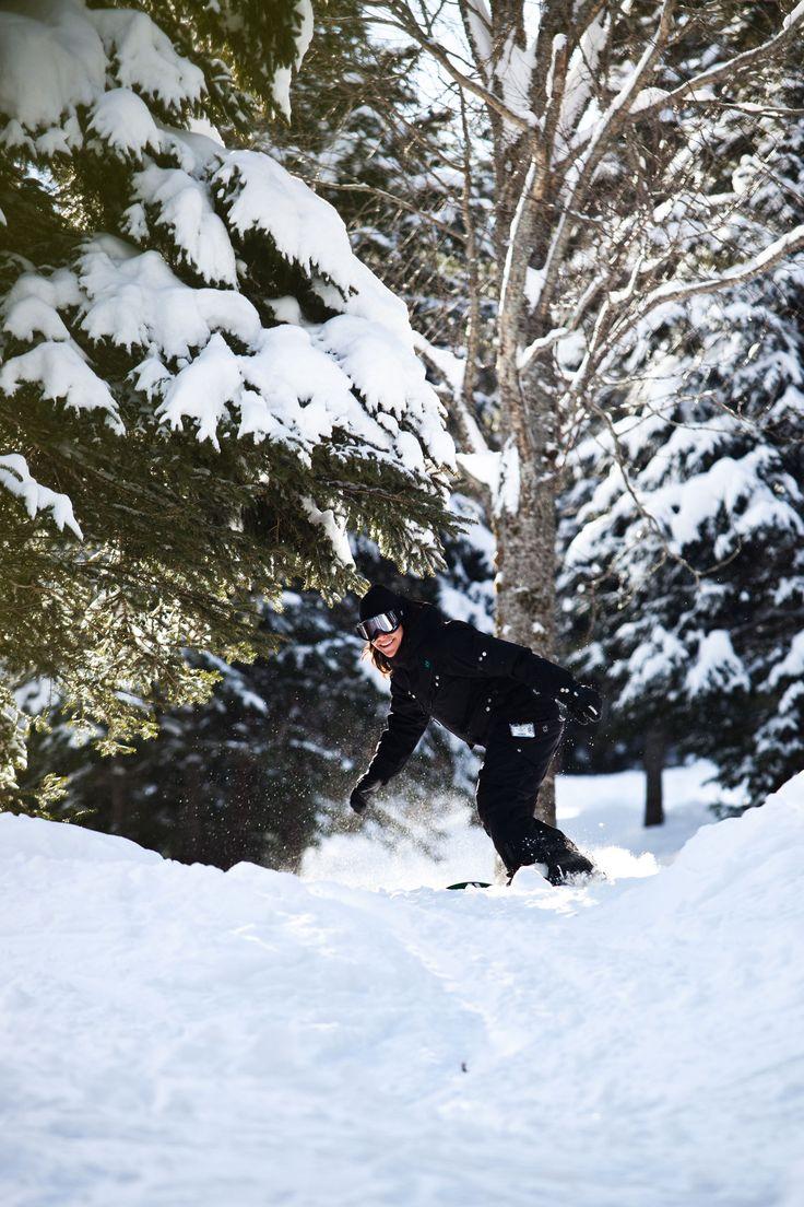 Tarifs ski alpin au Mont-Sainte-Anne et horaire de la montagne. Le Mont-Sainte-Anne offre du ski de jour et de soir au adepte de ski alpin et snowboard