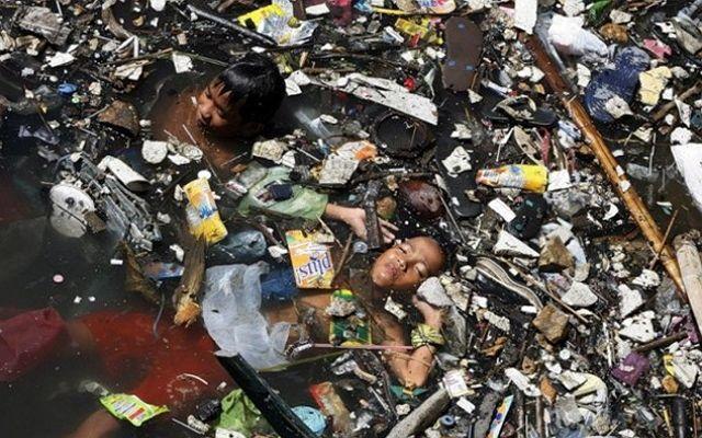 Сколько уже было предупреждений о том, что человечество ожидает экологическая катастрофа в том случае, если мы не перестанем усиленно гадить на этой Земле, но всё упирается в доходы самых богатых людей и в поддержание экономического роста. Этот остров имеет несколько названий «Большое тихоокеанское мусорное пятно», «Восточный мусорный континент», «Тихоокеанский мусороворот». Также его называют «Мусорным айсбергом», так как он не связан с дном океана, а находится на поверхности воды…