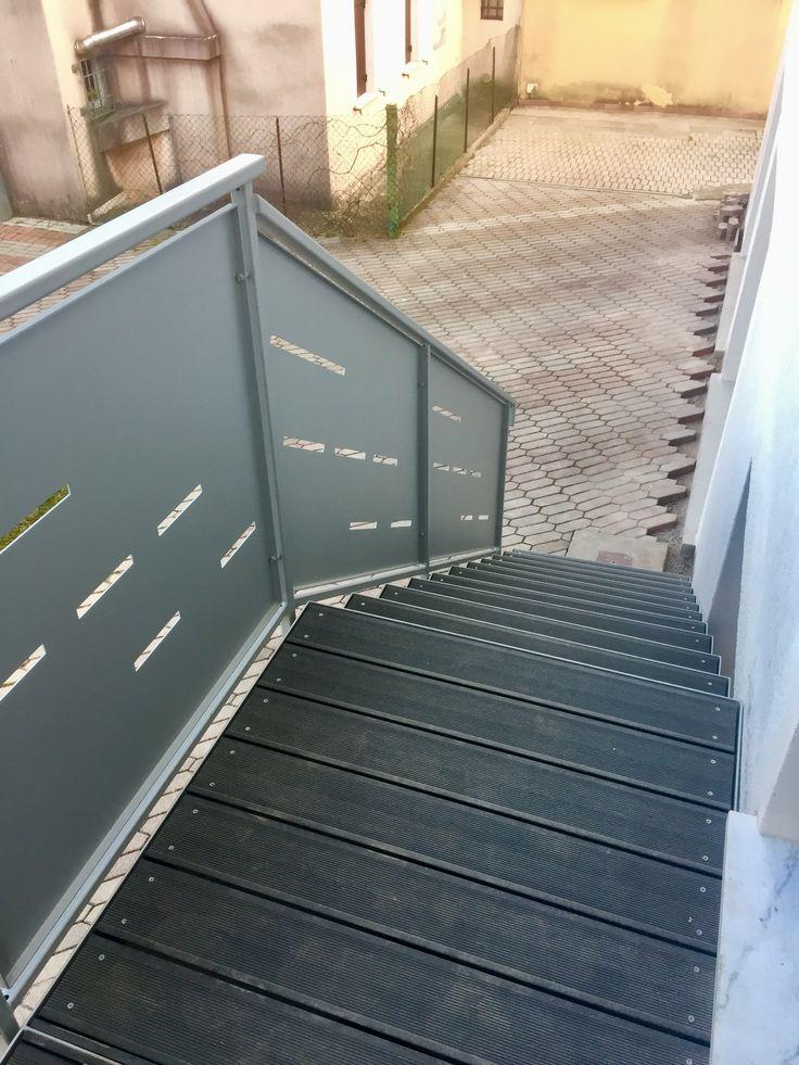 Scala da esterno in ferro verniciato argento con parapetto in lamiere taglio laser scalini in deck pvc legno finitura ardesia