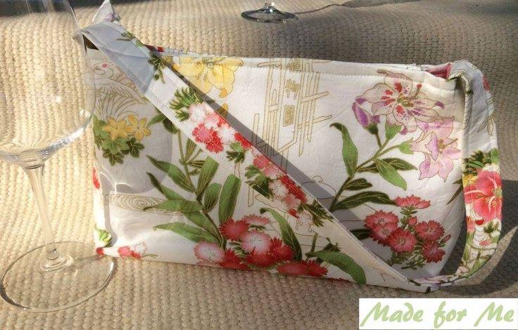 Such a delicate and pretty handbag!