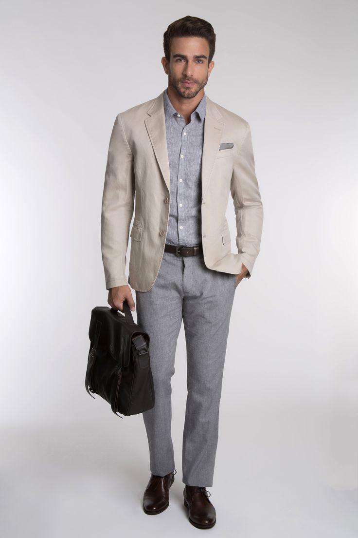 Camisa de linho sobreposta por blazer cáqui, calça de alfaiataria, bota de couro café e bolsa carteiro para o dia-a-dia.
